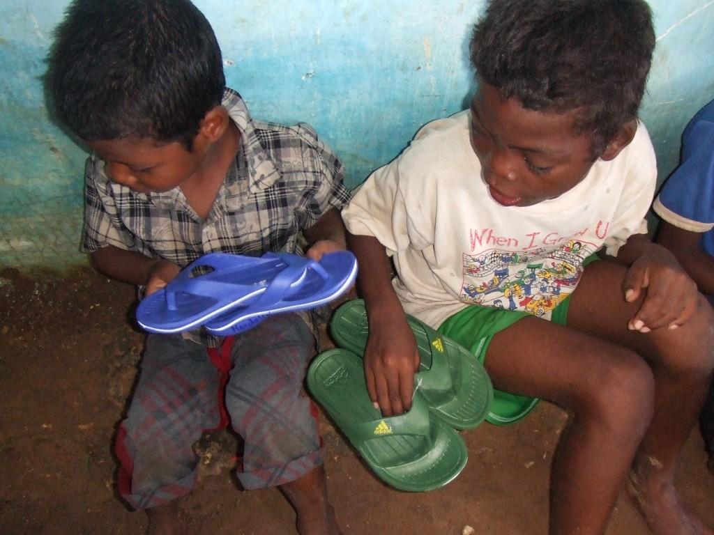 Des sandales pour que les enfants n'aillent pas pieds nus à l'école