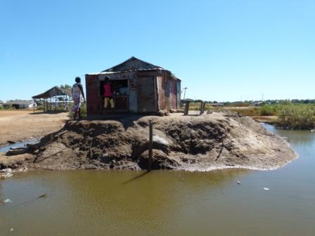 Les maisons sont construites sur des buttes de sable, sur le domaine maritime