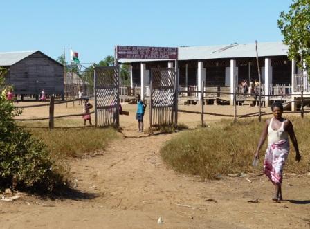 L'école d'Aranta, construite sur pilotis, envahie chaque jour par la marée