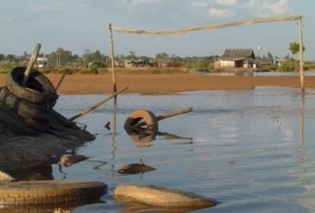 Le terrain de foot est également envahi par la marée chaque jour