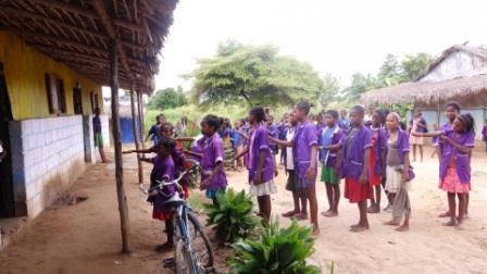 Dépendante d'une secte protestante, l'école a des pratiques pédagogiques très rigides, souvent bien éloignées du respect des droits de l'enfant